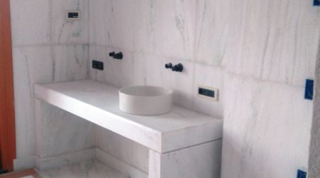 Minimalist chick bathroom with dhionysos Marble